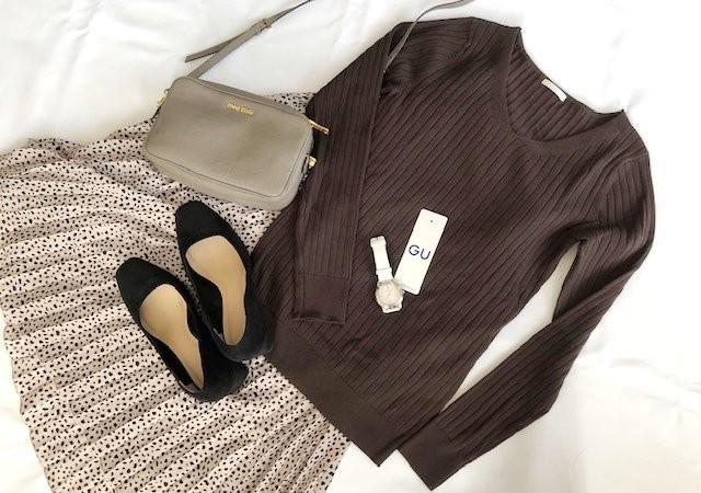 GU ワイドリブVネックセーター ブラウン プリーツスカート バッグ ヒール 画像