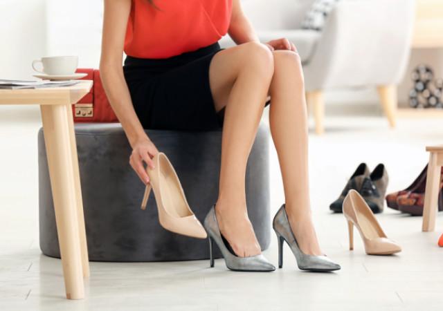 靴を選ぶ女性 画像