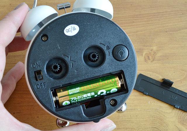 ダイソー 目覚まし時計(ラウンド型) 背面 電池