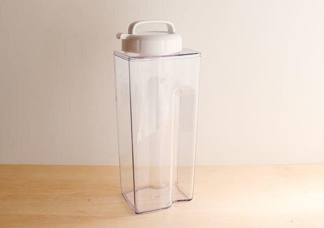 ダイソー 水筒 100均 高額商品 2L クリア シンプル 節約
