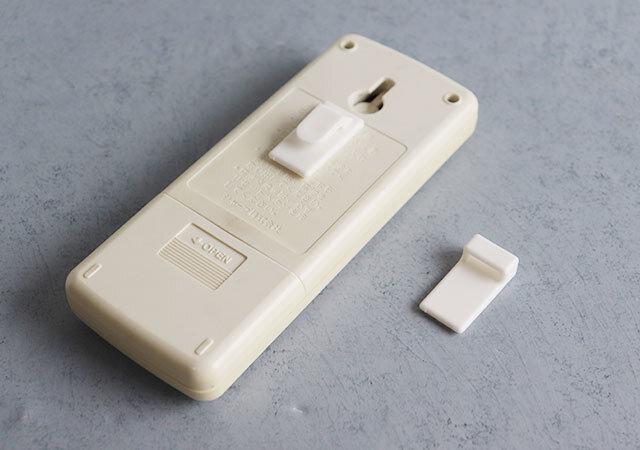 セリア 便利アイテム 壁にスッキリ収納できる両面テープフック リモコン 取り付け